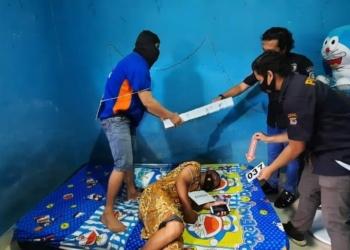 Polres Kota Gorontalo saat menggelar Rekonstruksi kasus pembunuhan salah seorang Waria di Kos Archi, Kelurahan Huangobotu, Kecamatan Dungingi, Kota Gorontalo. (f. Humas Polres Kota Gorontalo)