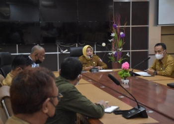 Rapat yang dipimpin Wabup Suharsi Igirisa, salah satunya membahas soal masalah ketersediaan air bersih di Pohuwato.(f.hms)