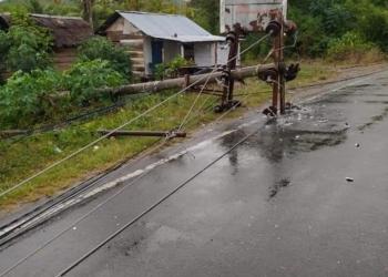 Tiang listrik di kawasan hutan lindung Pagiat roboh akibat tertimpa pohon tumbang, Jumat (7/5/2021).