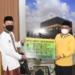Walikota Gorontalo Marten Taha menyerahkan bantuan untuk pembangunan Masjid Darul Arkam Kota Gorontalo.