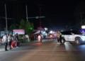 Buka tutup jalan menuju pasar di Kota Marisa untuk mencegah kerumunan.