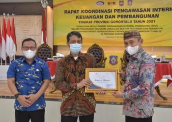 Bupati Saipul Mbuinga, menerima piagam penghargaan sebagai peserta dalam Rakor pengawasan intern keuangan dan pembangunan Provinsi Gorontalo tahun 2021 dari Kepala BPKP Perwakilan Provinsi Gorontalo, Raden Murwantara.(f.hms)