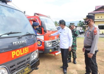 Plt Bupati Boalemo Anas Jusuf didampingi Kapolres Boalemo mengecek kesiapan sarana dan prasana mobil operasional.(F.HMS)
