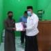 Plt Bupati Boalemo Anas Jusuf menyerahkan bantuan dana kepada pengurus Yayasan Hidayatullah.(F.HMS)