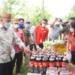 Plt Bupati Boalemo, Ir. H. Anas Jusuf MSi memantau pasar murah NKRI Peduli di Kecamatan Paguyaman.(F.HMS)