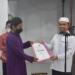 Sekda Boalemo Sherman Moridu SPd, MM menyerahkan bantuan dana kepada takmirul masjid disela safari Ramadhan di Kecamatan Botumoito.(F.HMS)