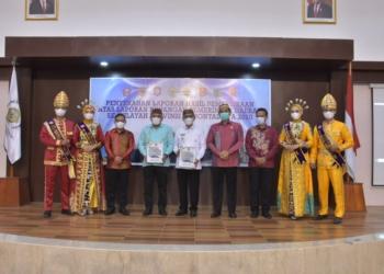 Bupati Pohuwato, Saipul Mbuinga saat menerima penghargaan Opini WTP dari BPK RI Perwakilan Gorontalo. (f. Mus/nn)