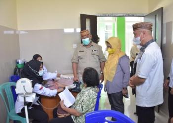Gubernur Gorontalo, Rusli Habibie bersama Istri serta didampingi oleh Bupati Pohuwato, Saipul Mbuinga saat pencanangan PPKM Skala Mikro di Kecamatan Paguat. (f. Mus/nn)