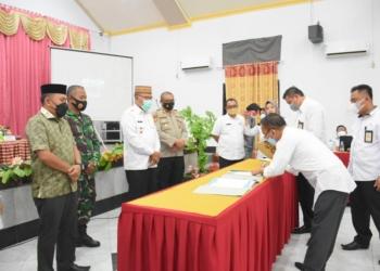 Para pimpinan OPD menandatangani pakta integritas terkait aksi penurunan stunting di Kabupaten Boalemo.(F.HMS)