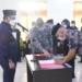 Penandatangan berita acara pelantikan dan pengambilan sumpah jabatan pejabat administrator dan fungsional di lingkungan Pemkab Boalemo.(F.HMS)