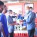 Plt Bupati Boalemo Ir. H. Anas Jusuf MSi didampingi Kadis Pertanian Boalemo Roslina Karim menyerahkan bantuan benih jagung hibrida R-7 kepada kelompok tani.(F.HMS)