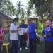 Plt Bupati Boalemo Ir. H. Anas Jusuf MSi didampingi Kalak BPBD, Ir. Mans Mopangga bersama Kadis Sosial-PMD, Drs. Monrue Mopangga menyerahkan bantuan kepada korban kebakaran.(F.HMS)