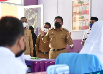 Wali Kota Gorontalo, Marten Taha saat meninjau pelaksaan PTM Terbatas di SMPN 7 Kota Gorontalo, Senin (4/10). (istimewa/nn)