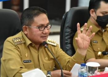Wali Kota Gorontalo, Marten Taha saat memimpin rapat bersama TPID untuk Triwulan III, Senin (4/10). (istimewa/)