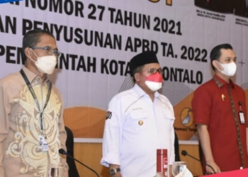 Wali Kota Gorontalo, Marten Taha (Tengah) didampingi Wakil Walikota, Ryan F. Kono (Kanan) dan Sekda Gorontalo, Ismail Madjid (Kiri) saat membuka Sosialisasi Permendagri di Manado, Jumat (8/10/2021). (istimewa/nn)