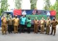 Bupati Gorut Indra Yasin menyerahkan bantuan bencana ke Pemda Kabupaten Gorontalo.(f.hms)