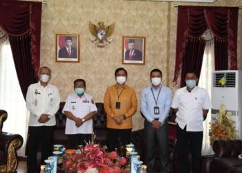 Bupati Gorontalo Utara Indra Yasin, menerima kunjungan kerja dari pihak Bank Indonesia terkait permohonan audience, terhadap rencana terkait launching Tim Percepatan dan Perluasan Digitalisasi Daerah (TP2DD),Rabu (13/10/2021).(f.hms)