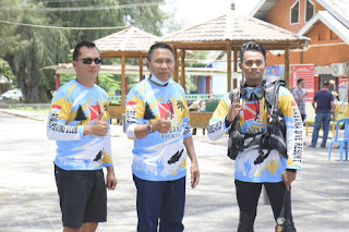Plt. Bupati Boalemo, Ir. Hi. Anas Jusuf, M.Si bangga atas pembentangan spanduk di kedalaman laut di Pantai Bolihutuo.(f.hms)